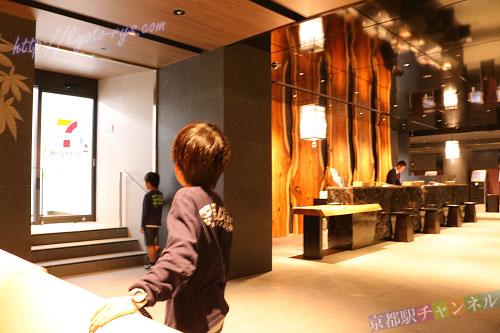 ヴィアイン京都駅八条口の1階のコンビニ
