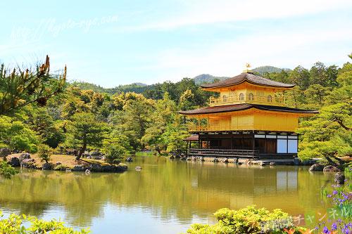 金閣寺の舎利殿と鏡湖池